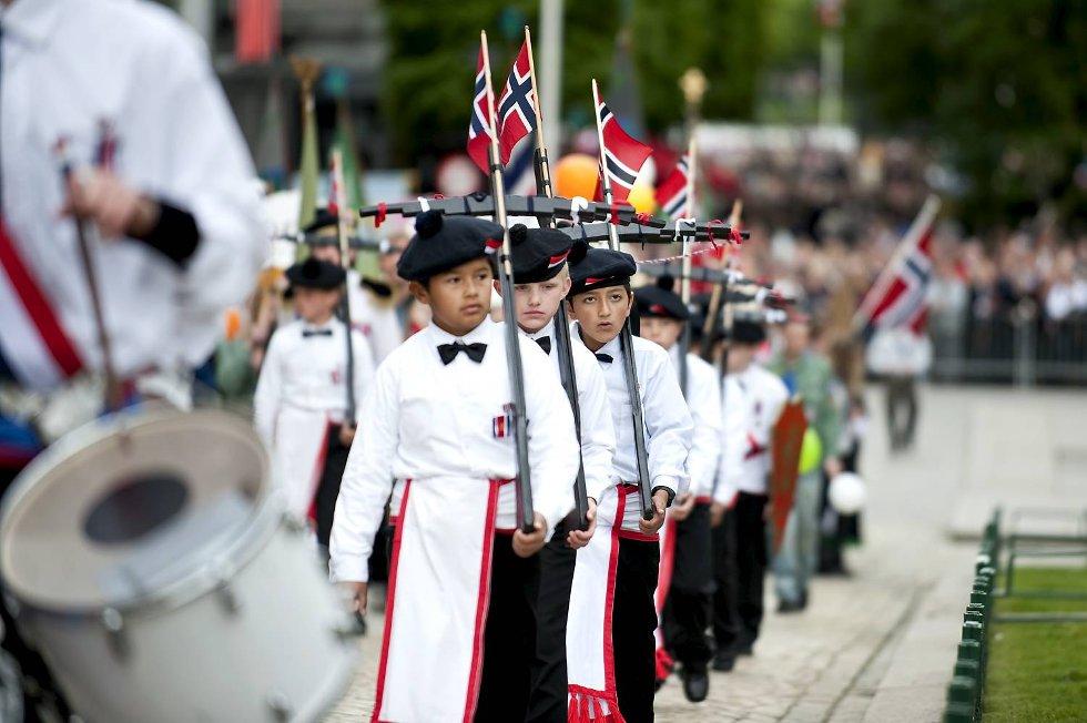 Laksevågsgutter med norske flagg og flotte skjerf.  (Foto: Skjalg Ekeland)