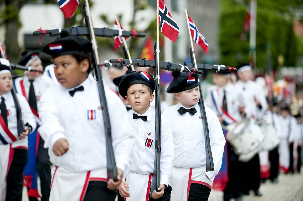 Guttene fra Laksevåg har trolig nasjonaldagens lengste marsj.  (Foto: Skjalg Ekeland)