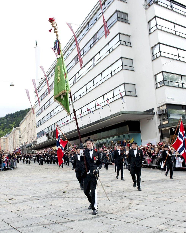 Fanebærer Kristoffer Winter Olsen i Skansens Bataljon.               (Foto: Skjalg Ekeland)