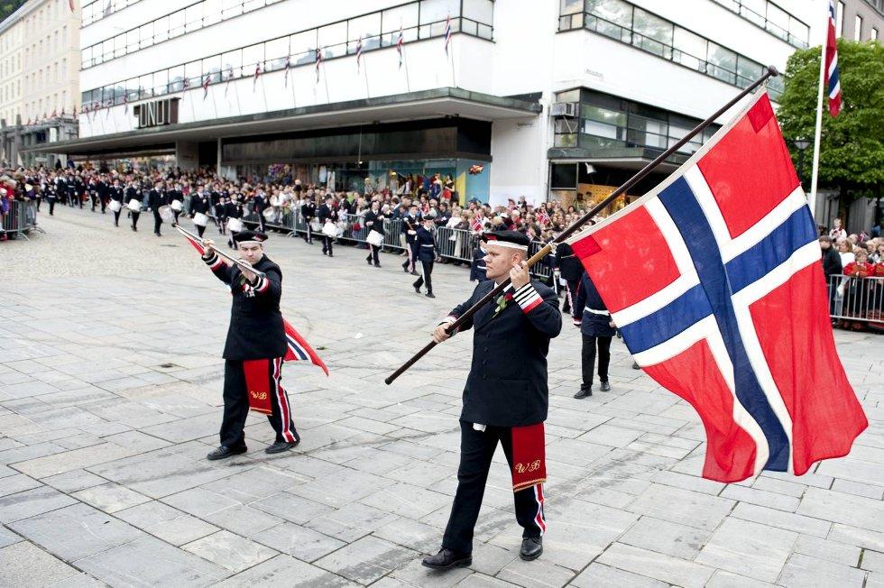 Det er flott når buekorpsene deltar i prosesjonen med norske flagg.  (Foto: Skjalg Ekeland)