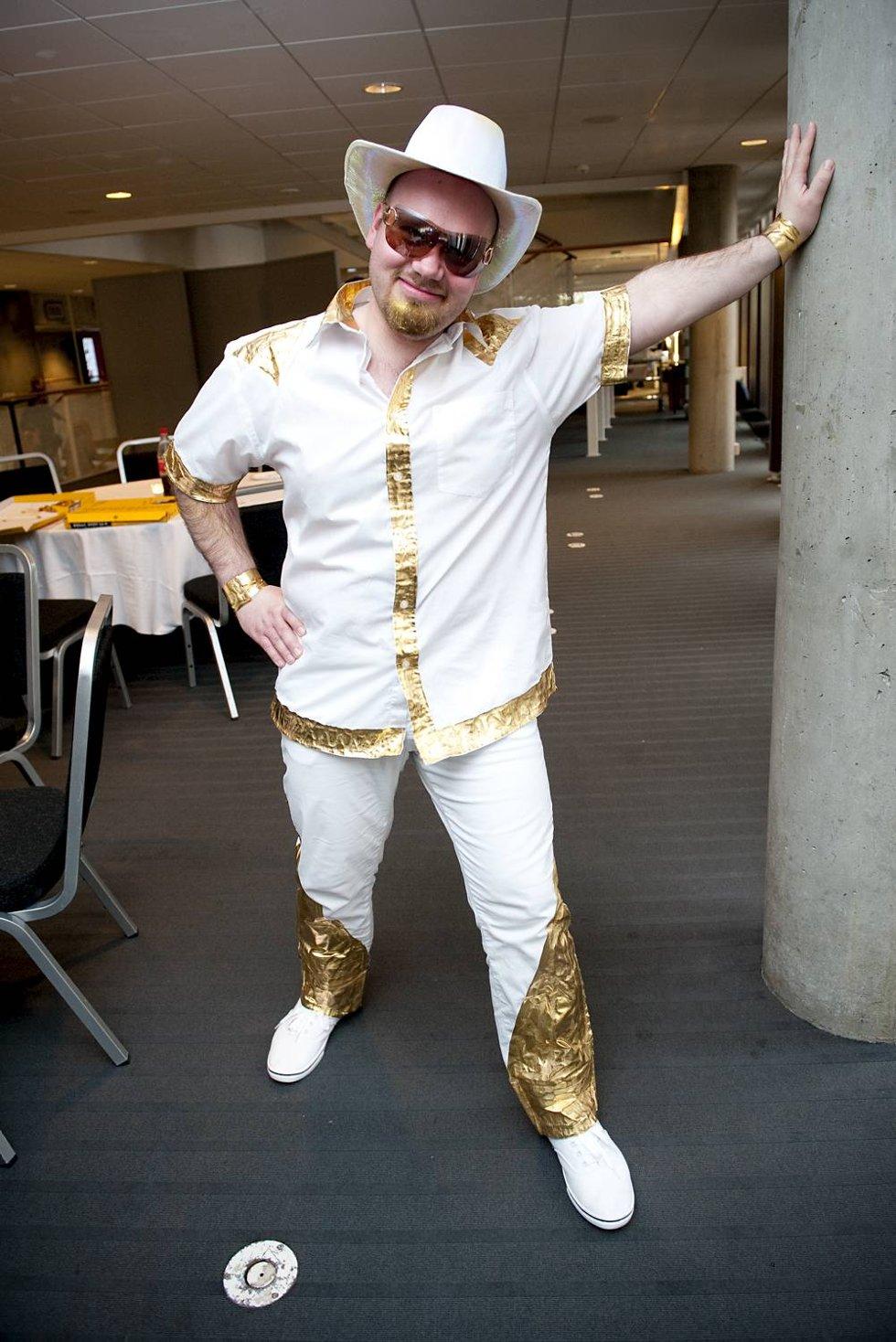 Tyske Robert i gullskjorte og moteriktige solbriller.  Han fremførte Tysklands 2000-bidrag Wadde Hadde Dudde Da.  (Foto: VIDAR LANGELAND)