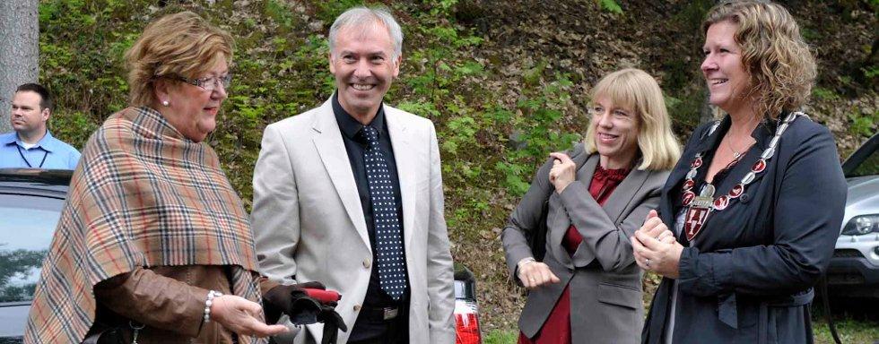 Kistefos: Søndag ble Kistefos museet åpnet for 2011 sesongen av statsråd Anniken Huitfeldt, her sammen med Berit Brørby, museumsdirektør Egil Eide og ordfører på Jevnaker Hilde Brørby Fivelsdal