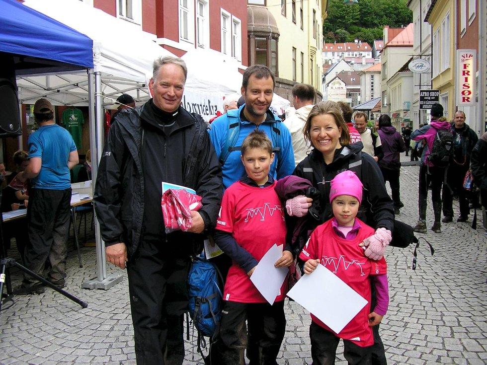 Annike (6 år) og Jørgen Meyer-Torsvik (10 år) går syvfjellsturen for tredje gang sammen med morfar, mor og far. (Foto: Leserbilde)
