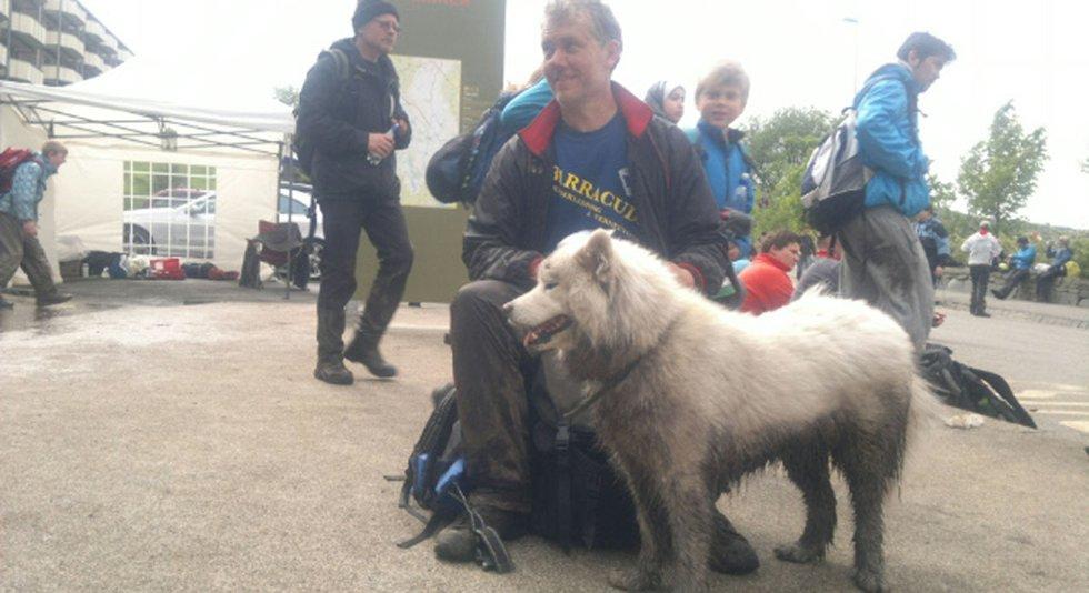 Tor Mjelde og hunden Kira etter tre av syv fjell (29.05.2011). (Foto: Nikita Solenov)