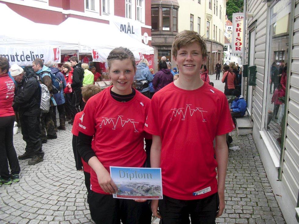 Maria og Andreas Krossøy (begge 14 år, tvillinger) etter fullført 4 fjells tur. Dette var Andreas sin første og Maria sin fjerde tur. (Foto: Leserbilde)