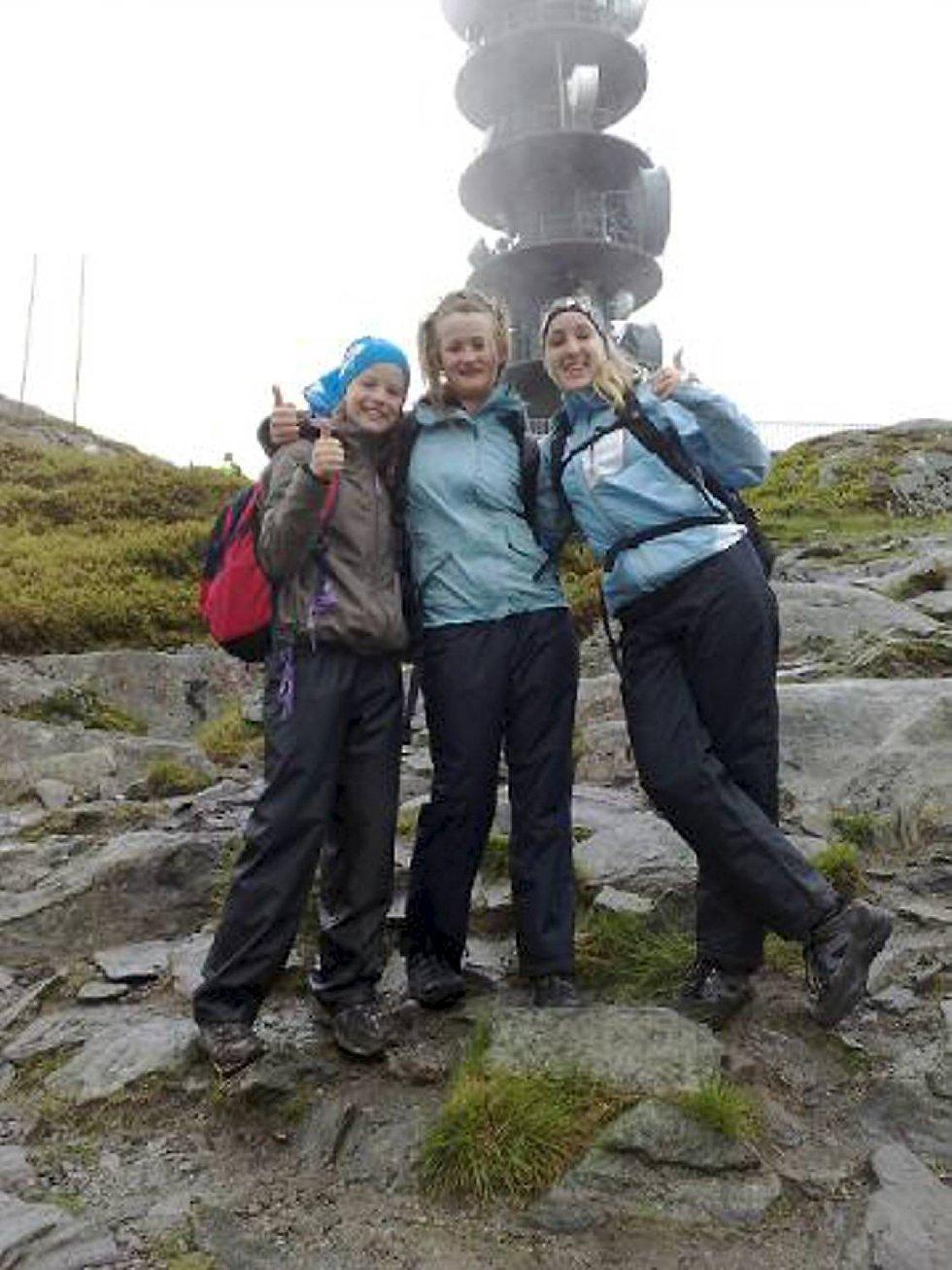 Sara og Hanna Svennevik og Mariann Krossøy på Ulriken. Går 4 fjellsturen:-) (Foto: Leserbilde)