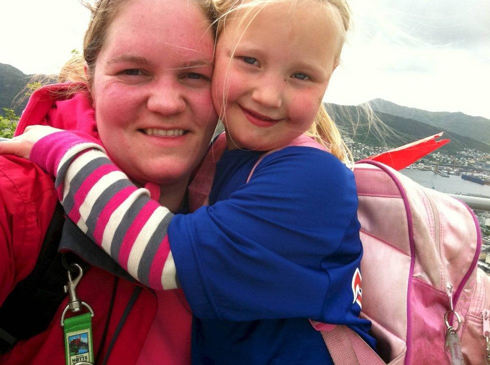 Rebekka på 5 år og dadda Helen på Fløyen. (Foto: Leserbilde)
