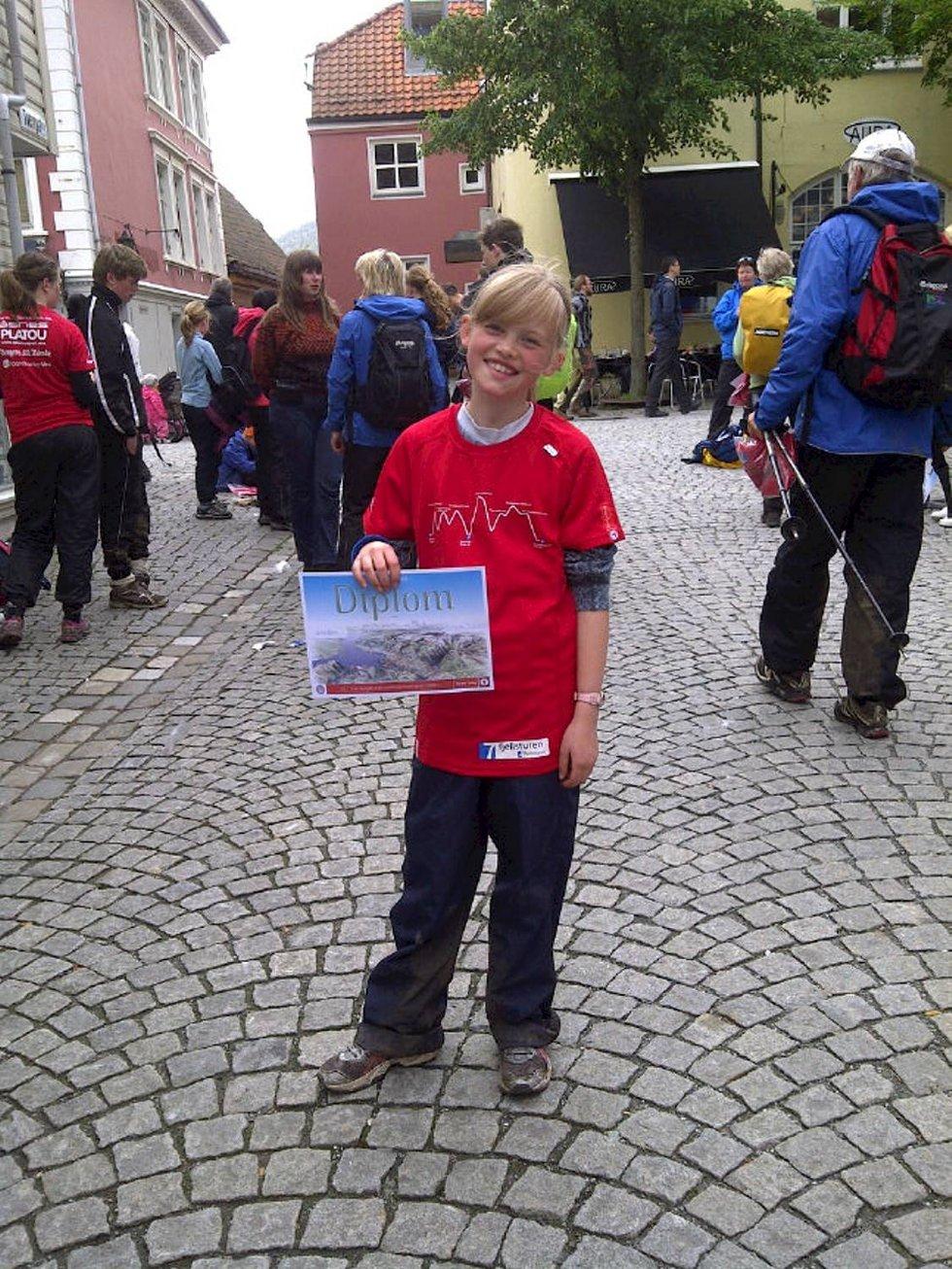 Henrikke Waagen Jakobsen (10) har fått diplom og t-skjorte etter sin første 4-fjellstur :) (Foto: Leserbilde)