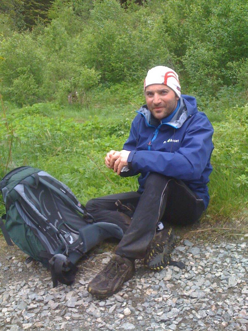 Morten Romslo reiste helt fra Mosjøen for å være med på 7-fjellsturen. Her tar han en velfortjent hvil samt en protein-sjokolade etter Ulriken. (Foto: Leserbilde)