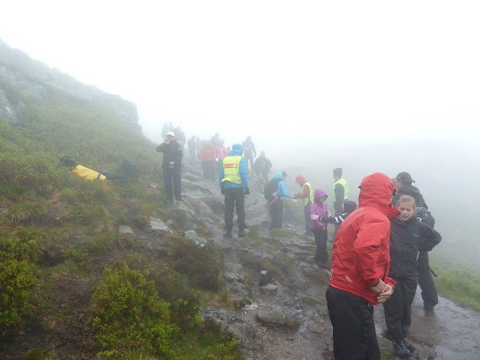 7-fjellsturen. Her på klippeposten til Ulriken kl. 09:19. De som var der rundt det klokkeslettet fikk ikke sett så mye til utsikten over Bergen. (Foto: Thore Jon Eliassen)