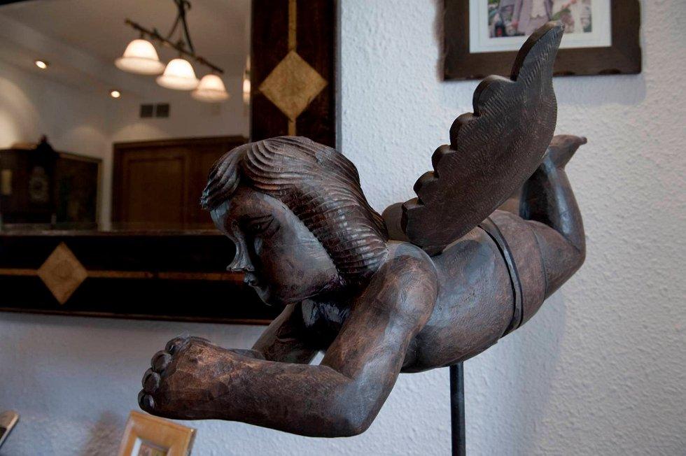 Vokter: Linda kjøper en del kunst av lokale kunstnere. Denne treskulpturen av en engel har hun funnet i Spania.