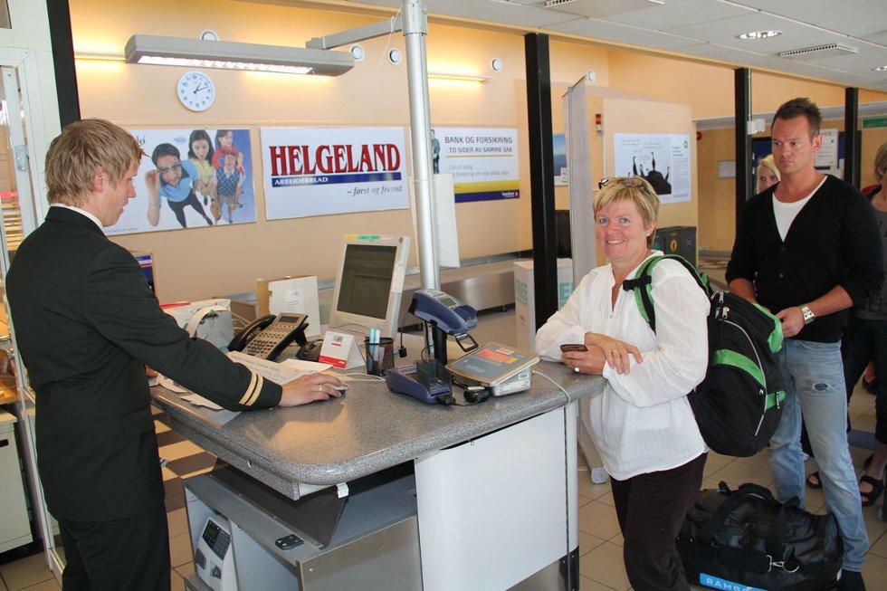 Passasjer Grethe Solhaug fra Gjøvik sjekker inn hos ekspeditør Kim Wennberg. (Foto: Morten Hofstad)