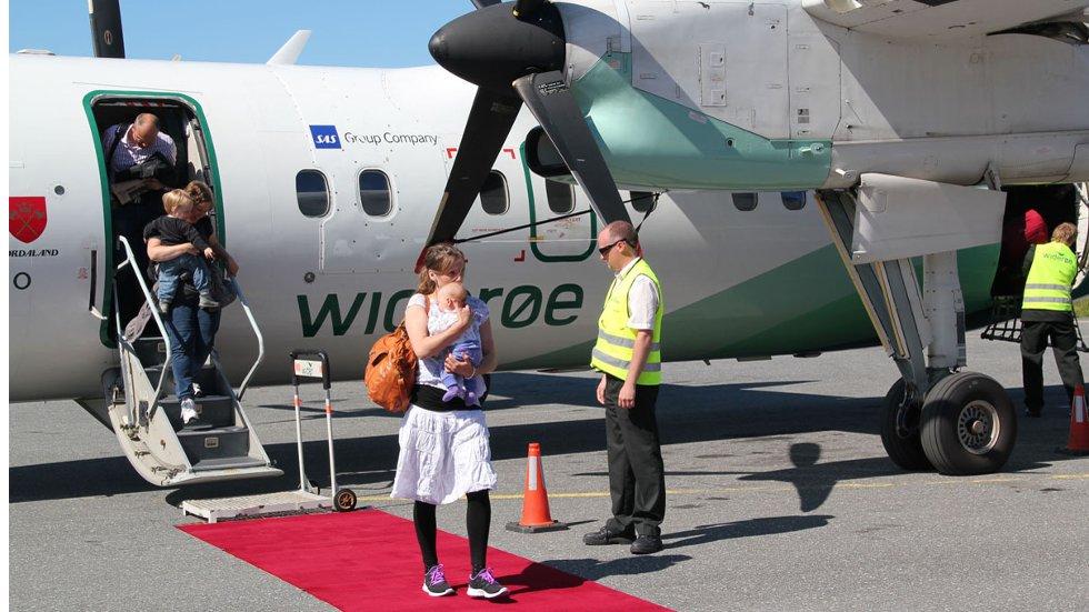 En fullsatt Widerøe-maskin ankom Stokka fra Gardermoen mandag 27. juni 2011. Det var det første flyet i direkteruta. (Foto: Morten Hofstad)