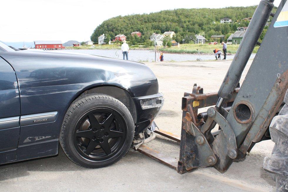 Gafflene på traktoren gjorde god nytte for seg da tyven prøvde å stikke av i fluktbilen.