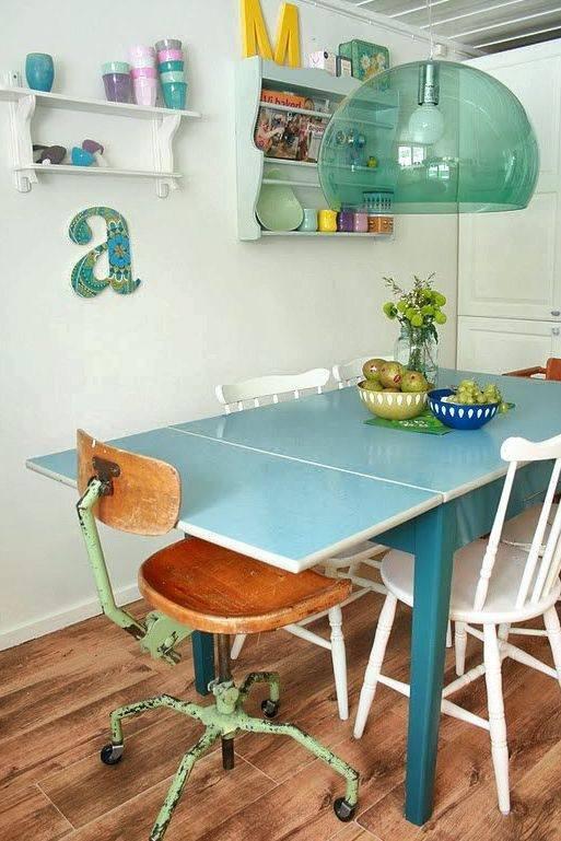 Husets hjerte: Bruktbord og stoler som Moen har arvet. Lampen i taket er design (Kartell).  Foto: An-Magritt Moen