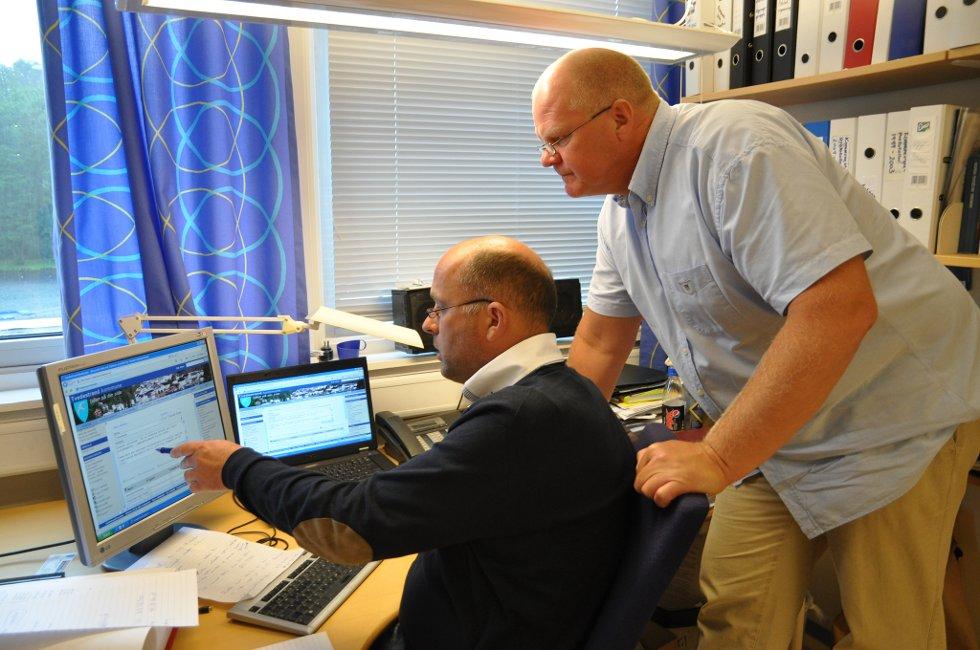 Rådmann Jarle Bjørn Hanken og ordfører Jan Dukene oppdaterer kommunens nettside.