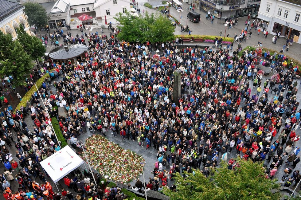 Ifølge politiet i Larvik var det mellom 10 og 15 tusen mennesker på Torget mandag kveld, for å markere sin støtte til ofrene etter helgens avskyelige handlinger.                 (Foto: Bjørn Jakobsen) (Foto: )