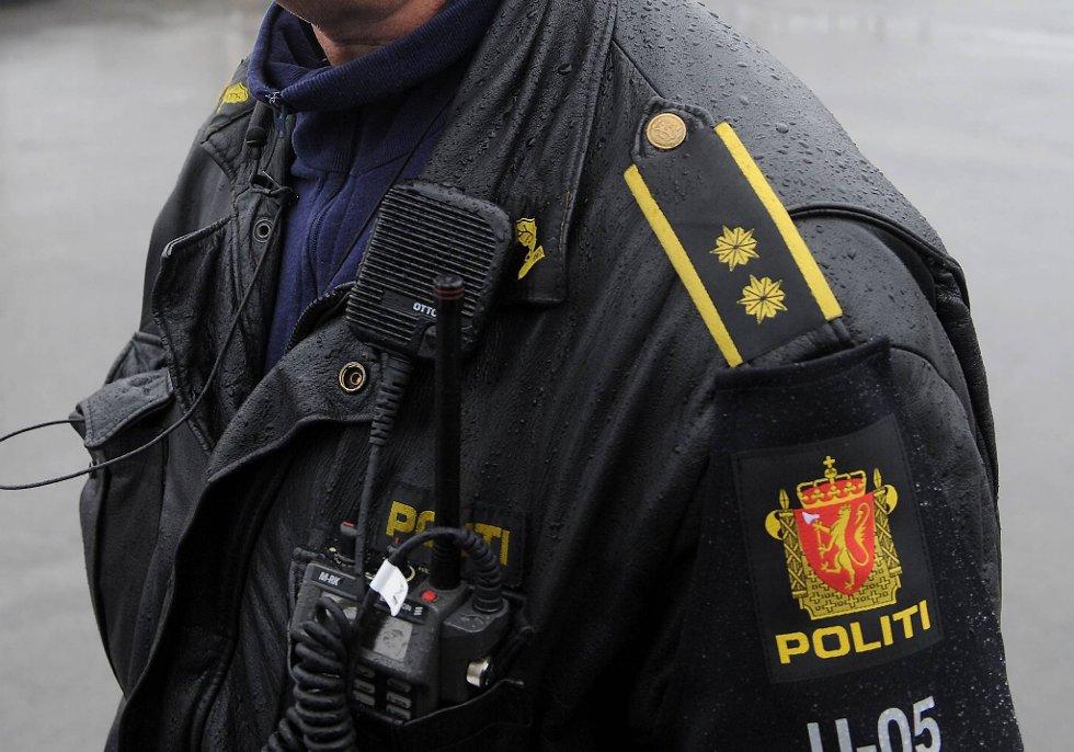 Vitnet er sikker på at han så den terrorsiktede 32-åringen utkledd som politimann seks minutter før smellet og at han også var bevæpnet med en pistol.