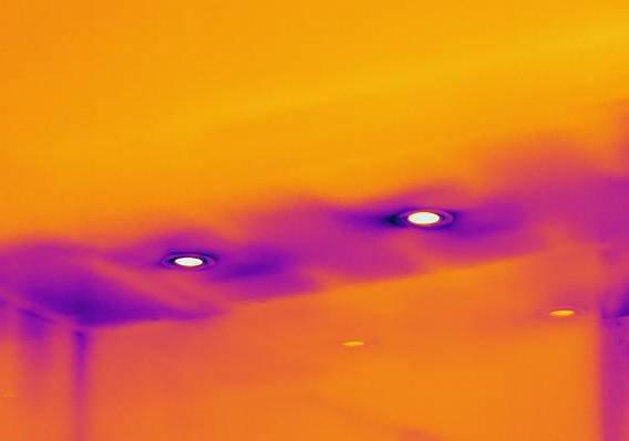 Slik ser termografering ut: Bildet er tatt hjemme på badet til TV2 programleder Vår Staude. Fargen rundt lampene i taket, viser at det er dårlig isolert og tydelig varmetap.