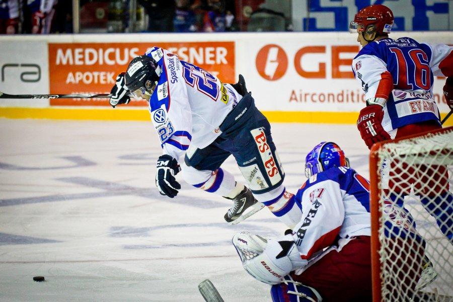 GET ligaen , Ishockey , 17.09.2010 , Jordal Amfi , Vålerenga v Sparta , Magnus Selvaag prøver seg forand Patrick DesRochers , Foto: Thomas Andersen (Foto: Thomas Andersen)
