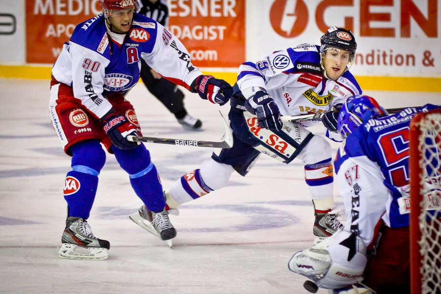 GET ligaen , Ishockey , 17.09.2010 , Jordal Amfi , Vålerenga v Sparta , Brendon Buck prøver et skudd mot Patrick DesRochers , Foto: Thomas Andersen (Foto: Thomas Andersen)