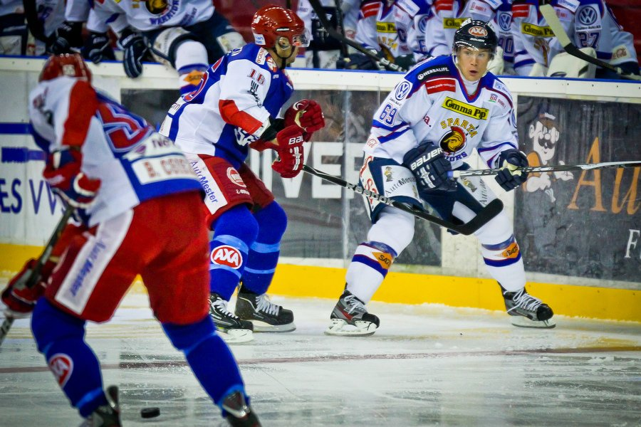 GET ligaen , Ishockey , 17.09.2010 , Jordal Amfi , Vålerenga v Sparta , Henrik Malmström i duell med Blake Evans , Foto: Thomas Andersen (Foto: Thomas Andersen)
