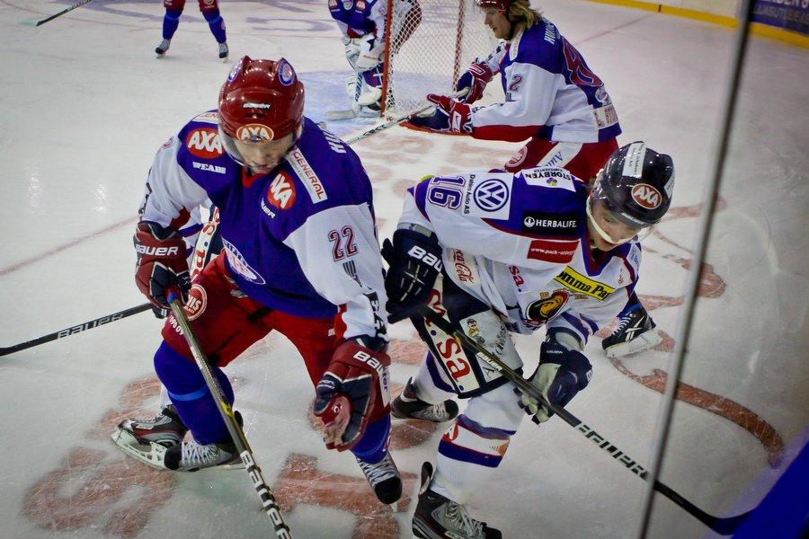 GET ligaen , Ishockey , 17.09.2010 , Jordal Amfi , Vålerenga v Sparta , Lars Erik Hesbråten i deull med Jesper Hoel, Foto: Thomas Andersen (Foto: Thomas Andersen)