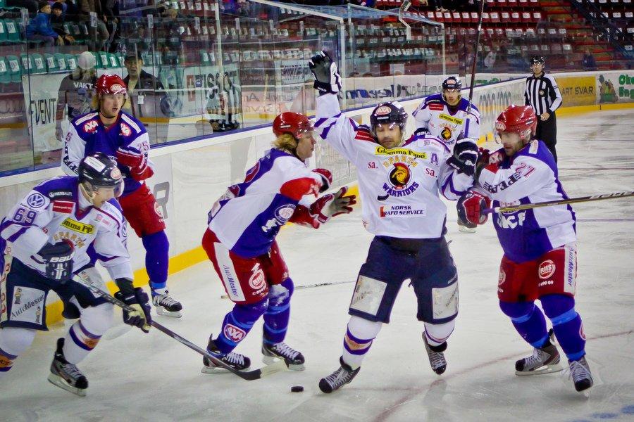GET ligaen , Ishockey , 17.09.2010 , Jordal Amfi , Vålerenga v Sparta , Magnus Selvaag takles av Jonny Fjeldstad , Foto: Thomas Andersen (Foto: Thomas Andersen)