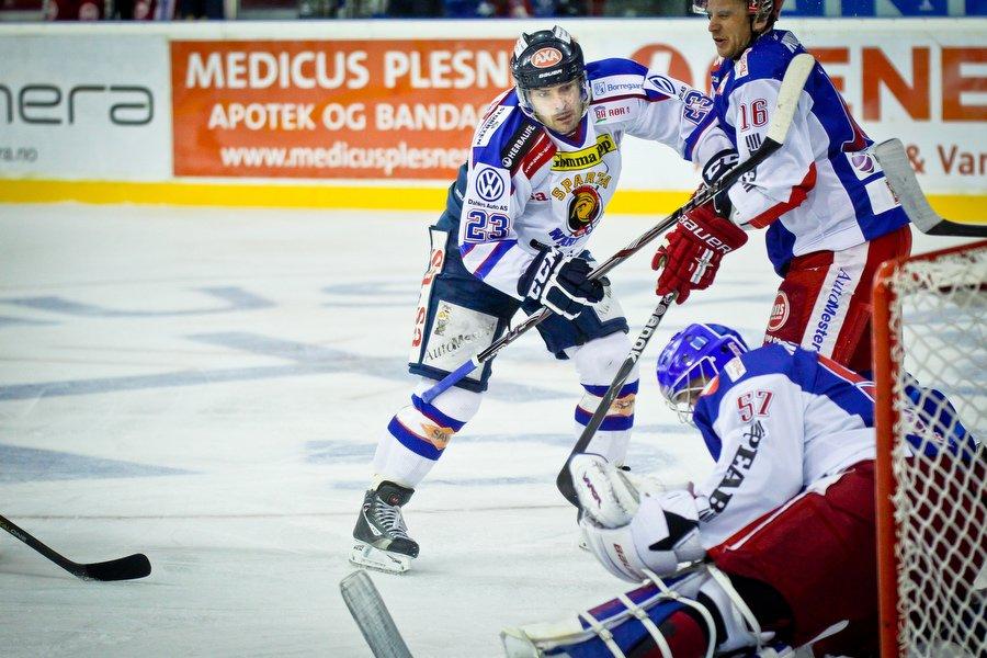 GET ligaen , Ishockey , 17.09.2010 , Jordal Amfi , Vålerenga v Sparta , Magnus Selvaag i duell med Blake Evans , Foto: Thomas Andersen (Foto: Thomas Andersen)