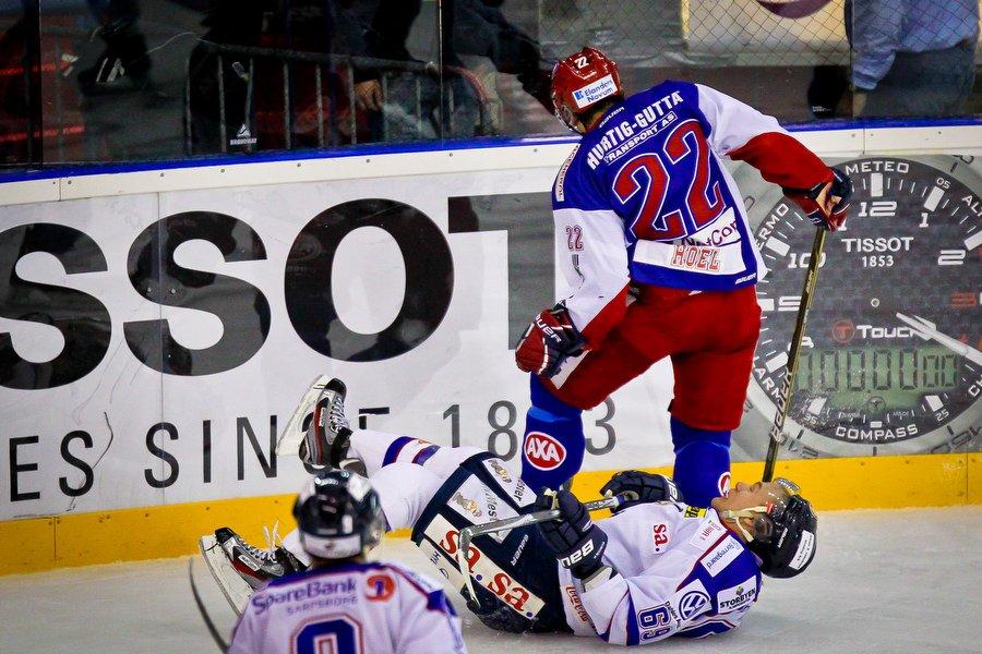 GET ligaen , Ishockey , 17.09.2010 , Jordal Amfi , Vålerenga v Sparta , Henrik Malmström takles av Jesper Hoel , Foto: Thomas Andersen (Foto: Thomas Andersen)