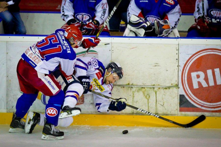 GET ligaen , Ishockey , 17.09.2010 , Jordal Amfi , Vålerenga v Sparta , Mats Roselli Olsen takler Per Tengvert , Foto: Thomas Andersen (Foto: Thomas Andersen)