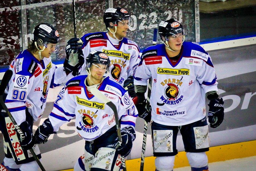 GET ligaen , Ishockey , 17.09.2010 , Jordal Amfi , Vålerenga v Sparta , Jonas Djupvik Løvlie gratuleres for mål , Foto: Thomas Andersen (Foto: Thomas Andersen)