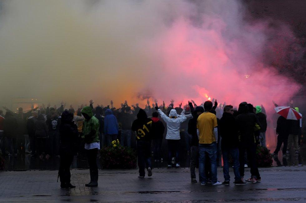 RØYK OG BLUSS: Det går fredelig for seg selv om stemning og lyd er høy. Det er fotball det handler om, og i dag skal erkefienden spille på Åråsen. (Foto: Vidar Sandnes                   )