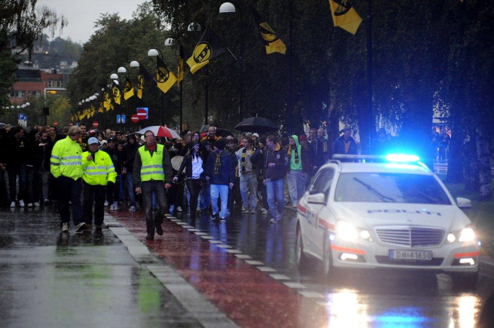 STOR STEMNING: Med politiet fremst vandrer gjengen til arenaen. (Foto: Vidar Sandnes                   )