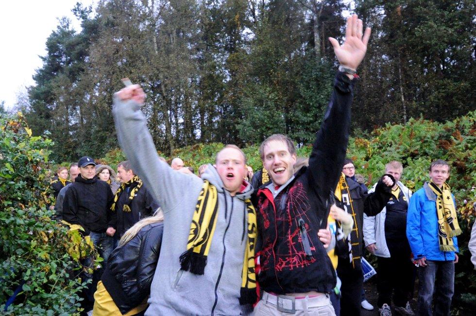 FULL FEST: Jon Erik og Kenneth i kjempehumør under vandringen til Åråsen Stadion. (Foto: Vidar Sandnes                   )