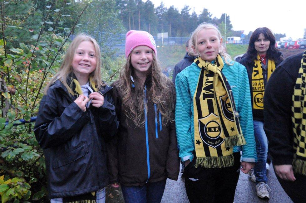FANS: Kristin, Mari og Malin er også fremme ved Åråsen. (Foto: Vidar Sandnes                   )