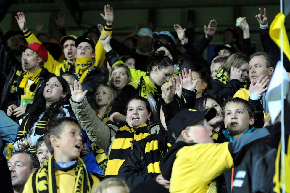 STEMNING: Stemingen har vært god helt siden fansen gikk fra Torvet kl 1830. Enda er det en stund til kampen begynner. (Foto: Vidar Sandnes                   )