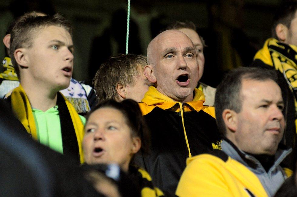 OPERASANGER I GULT OG SVART: Det er slettes ikke alle fotballfans som kan skryte av å ha en egen operasanger på tribunen. (Foto: Vidar Sandnes                   )