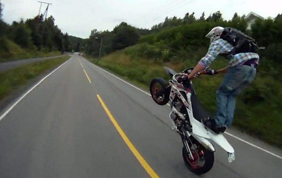 VILLMANNSKJØRING: På internett florerer det av videoer som viser villmannskjøring på offentlig vei. Her ser du en motorsyklist i stor fart på riksvei 120 mellom Rælingen og Enebakk. Faksimile: YouTube