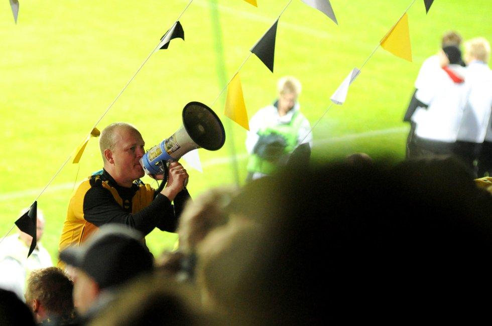 KANARIFELTET: KFL-forsanger Ronnie Hallén fyrer opp fansen. (Foto: Vidar Sandnes                   )