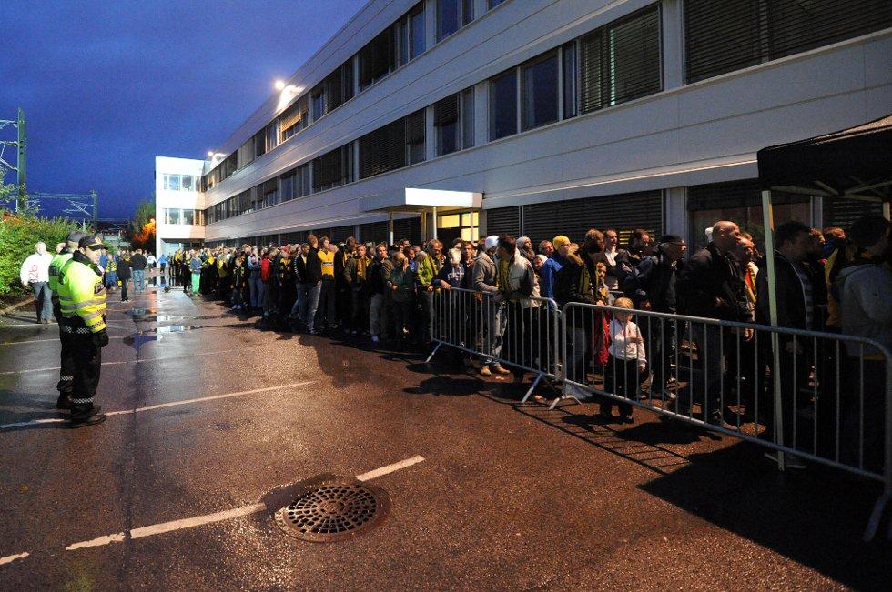 LANG KØ: Med kun minutter igjen til kampstart er køen lang utenfor porten. (Foto: Vidar Sandnes                   )