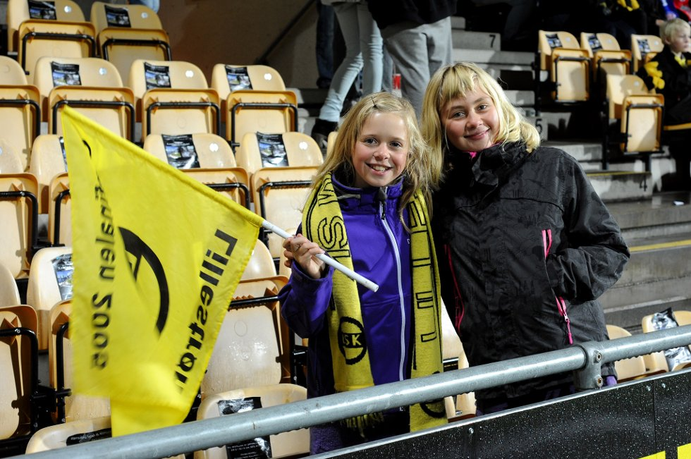 STOLTE LSK-FANS: Helene Snellingen (11) og Martine Sørlie (12) fra Frogner. (Foto: Vidar Sandnes                   )