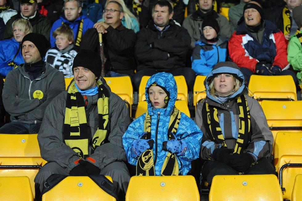 SOMMEREN ER SLUTT: Kaldt og surt til tross. Rune, Jonathan og Anine koser seg på tribunen. (Foto: Vidar Sandnes                   )
