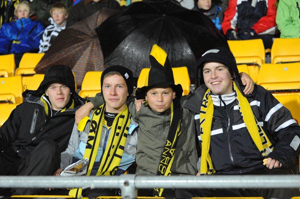 FIRE KARER: Alexander, Morten, Einar og Kristian synes kampen i dag er dritbra, og at det kommer en scoring til LSK snart er gutta sikre på. (Foto: Vidar Sandnes                   )