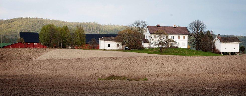 Hit til Nordre Nordby gård på Lierfoss, skal Ola Mæle flytte.