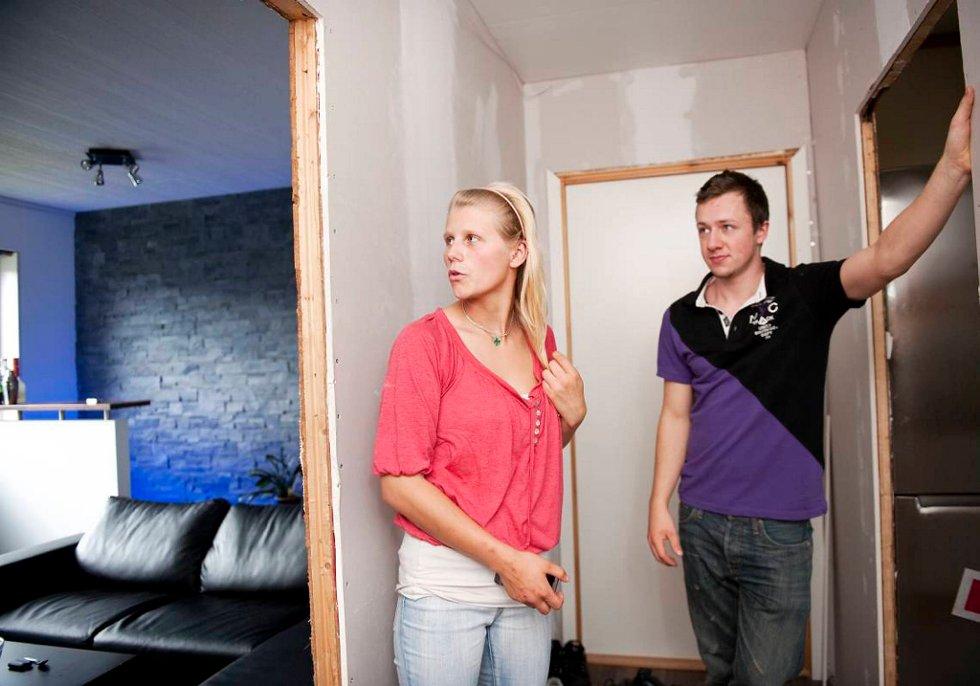 Vegard Blø (20) og Maria Jacobsen (19) bor i på 57 kvadratmete. De er begge er tømrere, og nå innreder de leiligheten sin i Mallorca-stil. (Foto: Rune Johansen, BA/ANB)
