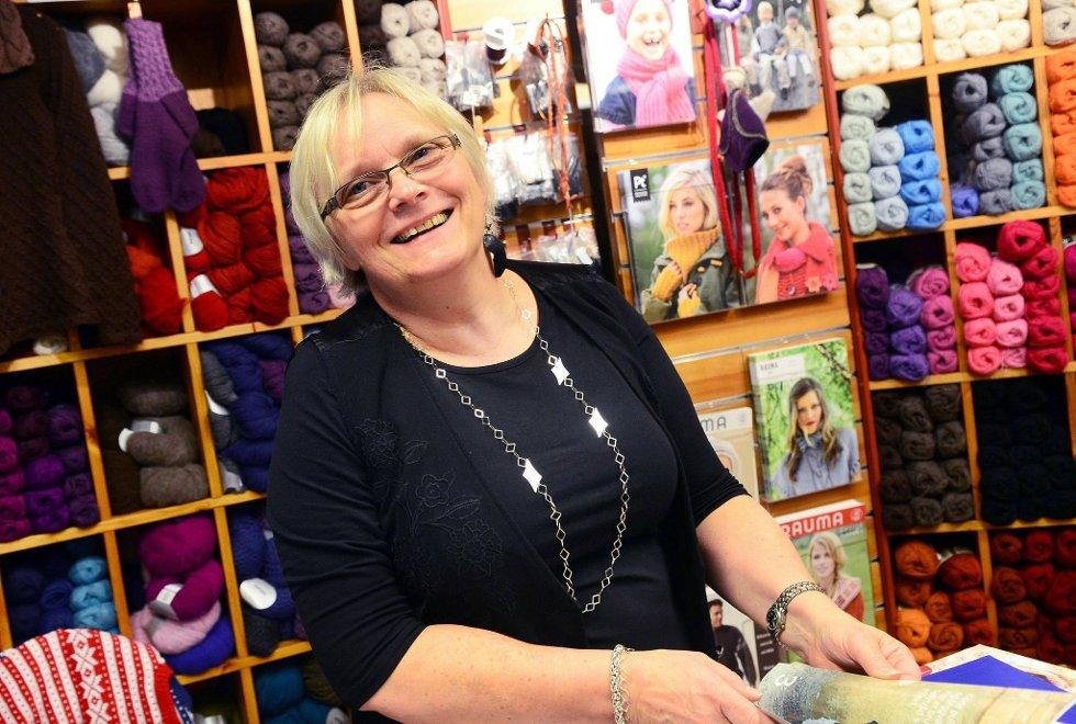 Lin Hjulstad med en strikket pute. Grått har vært veldig populært, forteller hun.
