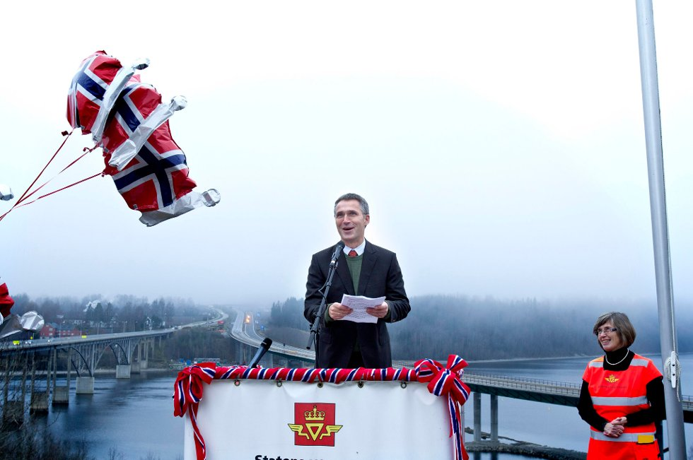 ÅPNET: Statsminister Jens Stoltenberg (Ap) åpnet nye E6 mandag.