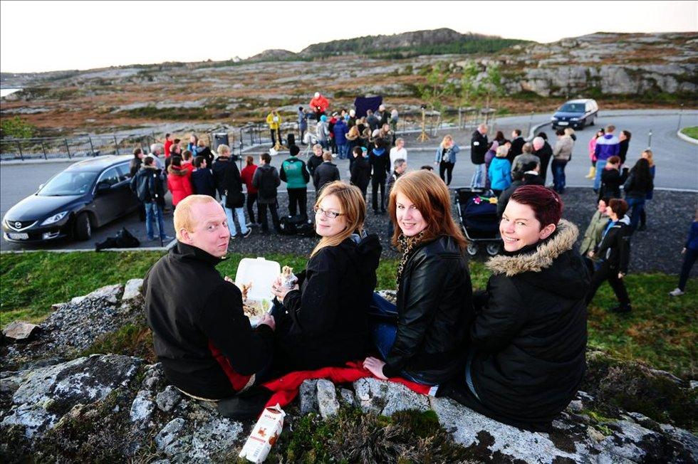 Lars Tore Ingeborgvik (til venstre), Astrid Rangøy, Ida Røsand og Elin Rangøy spiste middag før avdukingen. (Foto: )