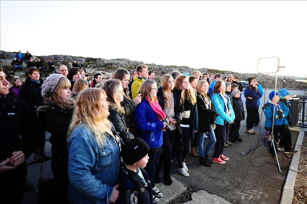 Takket være Ylvis-brødrenes innsamlingsaksjon, har Averøy nå informasjonsskilt. (Foto: )